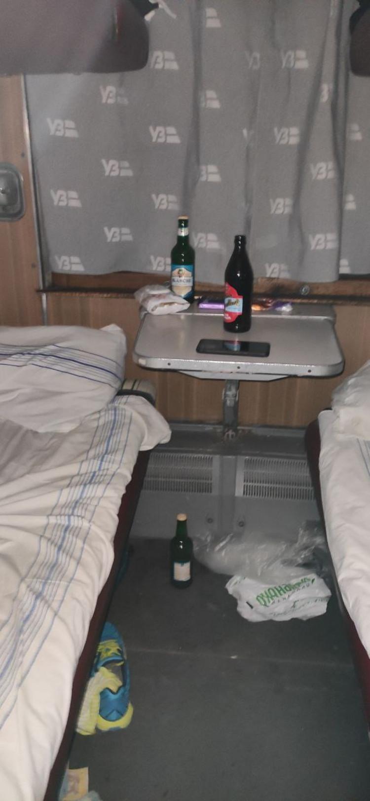 пьяний чіплявся до дівчини в поїзді